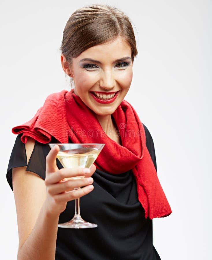 Het glimlachen van het glas van martini van de vrouwenholding met alcohol royalty-vrije stock foto