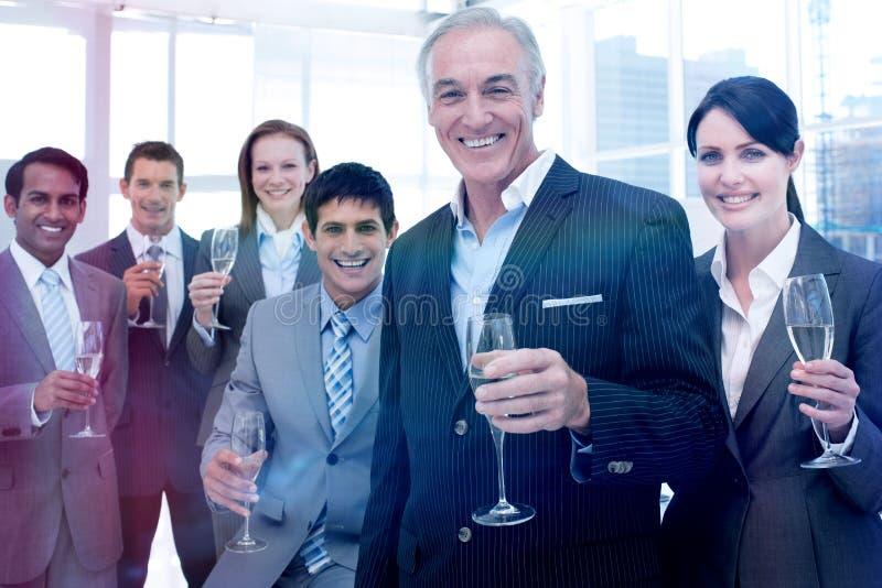 Het glimlachen van inernational van de commerciële de glazen teamholding van Chamoagne stock foto's