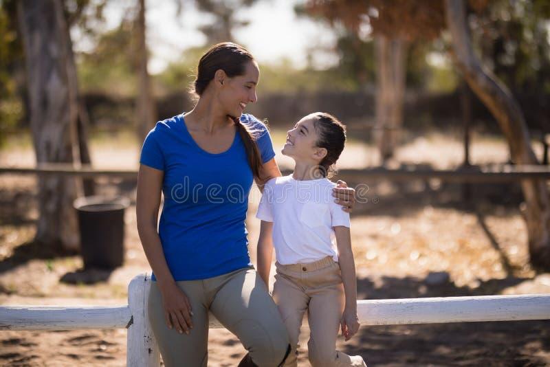 Het glimlachen van jockey die met zuster spreken royalty-vrije stock afbeelding