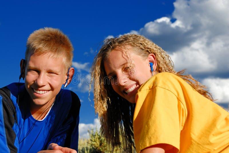 Het glimlachen van jonge geitjes in de weiden royalty-vrije stock fotografie