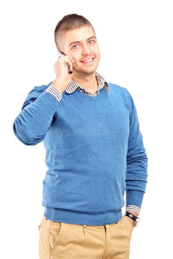 Het glimlachen van kerel die op een mobiele telefoon spreekt royalty-vrije stock foto