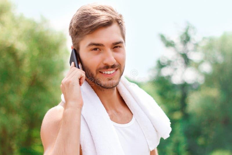 Het glimlachen van kerel die op telefoon spreken royalty-vrije stock foto