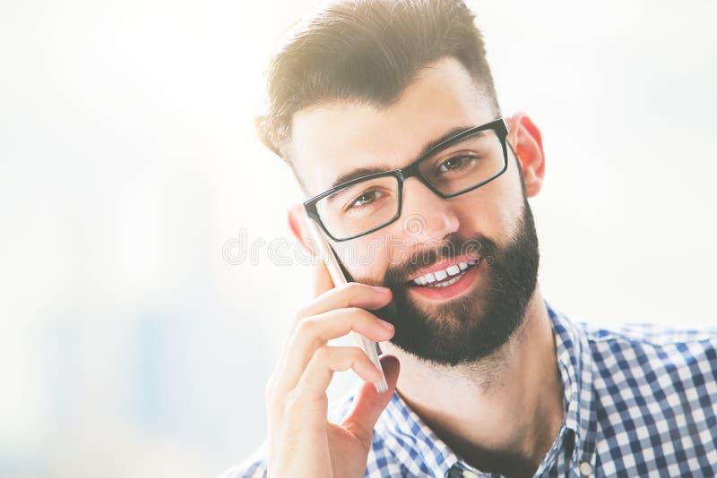 Het glimlachen van kerel die op telefoon spreken stock fotografie