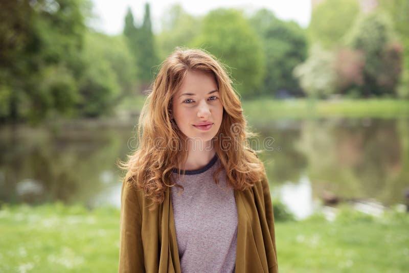 Het glimlachen van vrij Blond Tienermeisje bij de Oever van het meer royalty-vrije stock foto's