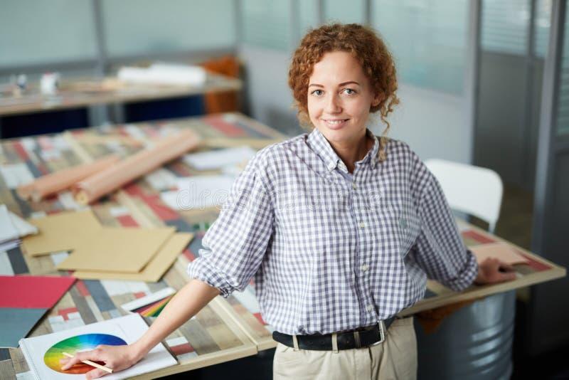 Het glimlachen van vrij creatieve ontwerper stock foto