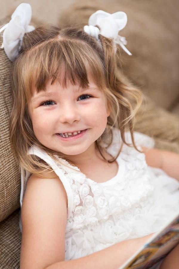 Het glimlachen van vrij Kaukasisch meisjesportret royalty-vrije stock foto