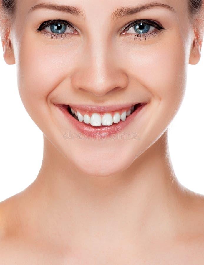 Het glimlachen van vrouwenmond met grote tanden. stock afbeeldingen