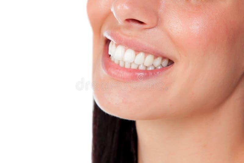 Het glimlachen van vrouwenmond met grote tanden stock fotografie