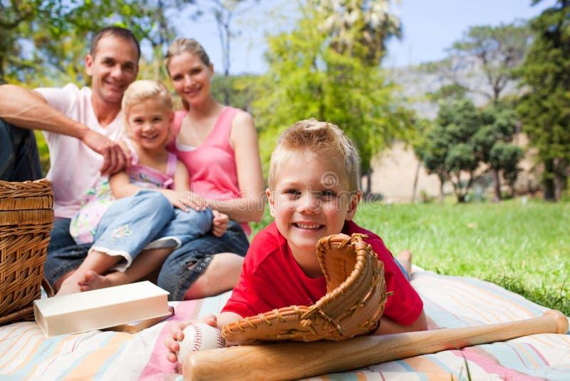 Het glimlachen van weinig jongen die een honkbalhandschoen draagt stock afbeelding
