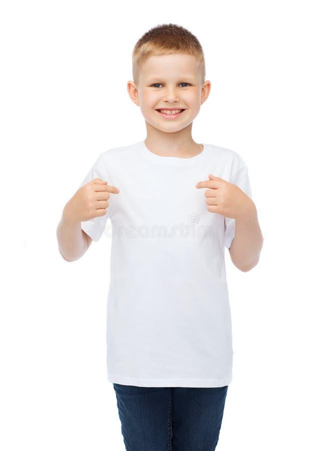 Het glimlachen van weinig jongen in lege witte t-shirt stock fotografie