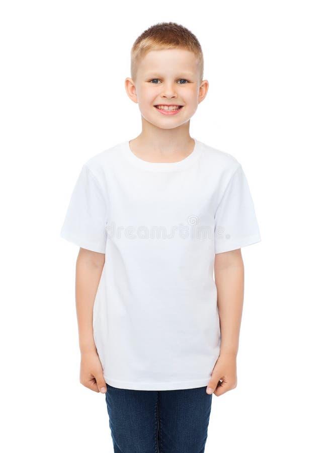 Het glimlachen van weinig jongen in witte lege t-shirt royalty-vrije stock foto's