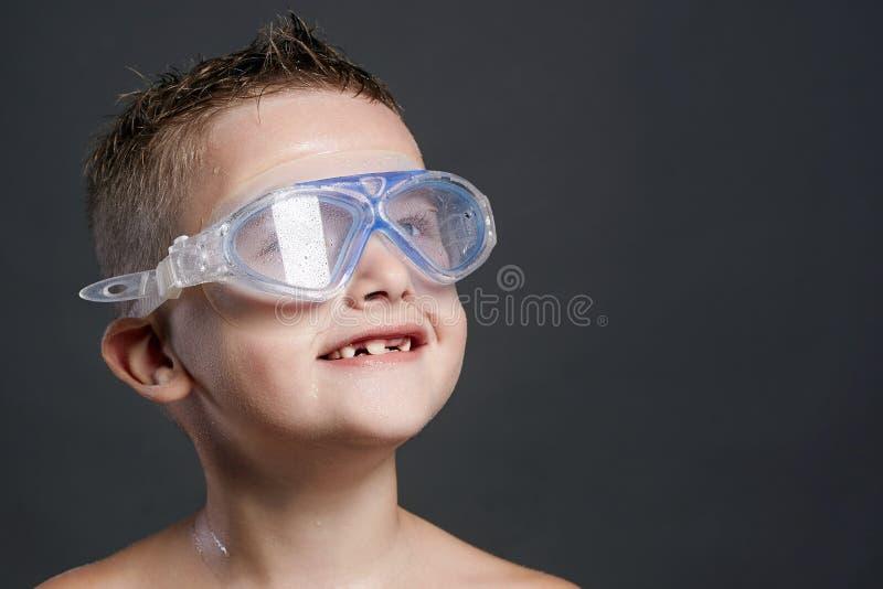 het glimlachen van weinig jongen in zwemmend masker Nat Jong geitje stock foto's