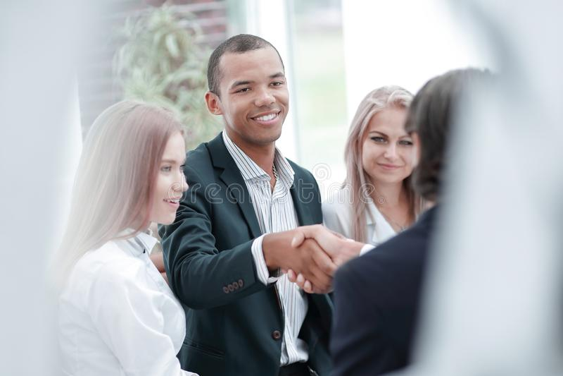 Het glimlachen van zakenman het schudden handen met een partner royalty-vrije stock fotografie