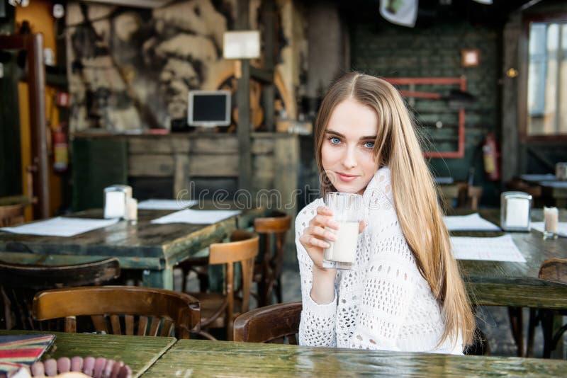 Het glimlachen vrouw het drinken bij de koffie royalty-vrije stock foto's