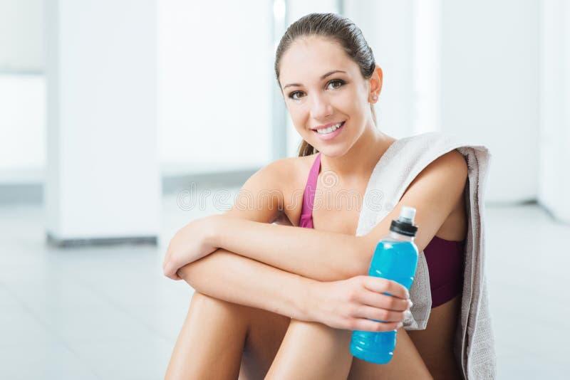 Het glimlachen vrouw het ontspannen na training stock foto