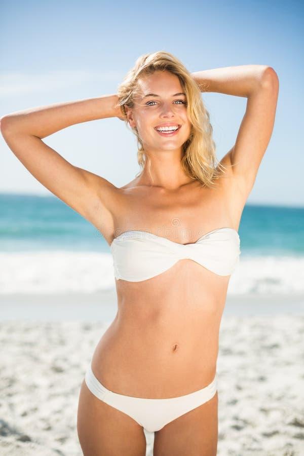 Het glimlachen vrouw het stellen bij het strand royalty-vrije stock foto