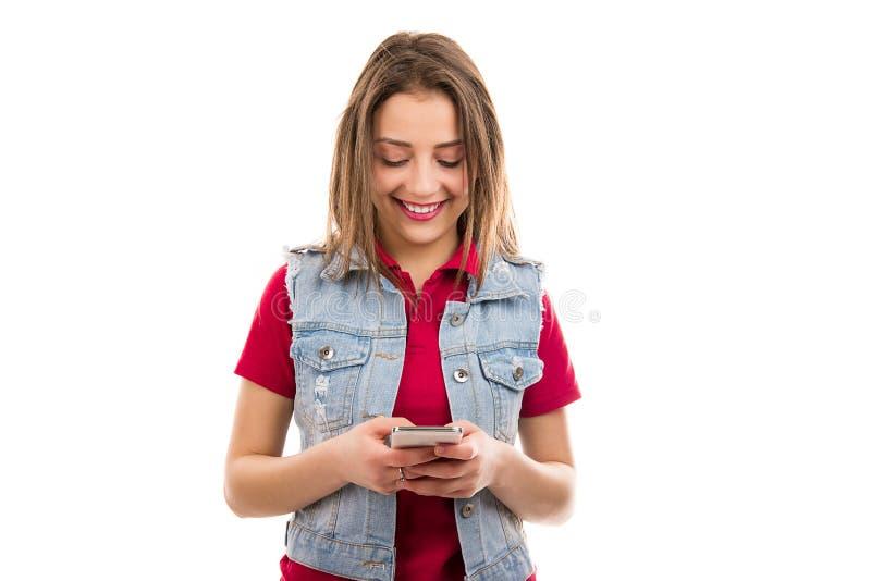 Het glimlachen vrouw het texting op smartphone royalty-vrije stock afbeelding