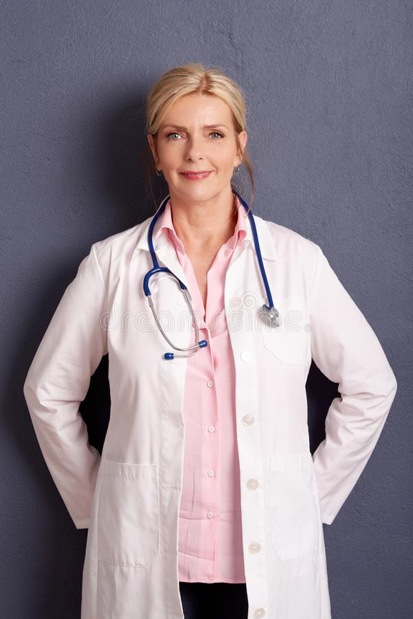 Het glimlachen vrouwelijk artsenportret royalty-vrije stock fotografie
