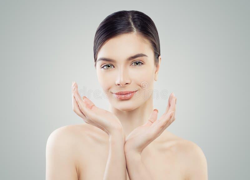 Het glimlachen woman spa model met perfecte huid stock afbeeldingen