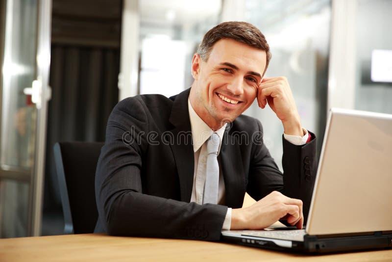 Download Het Glimlachen Zakenmanzitting Met Laptop Stock Afbeelding - Afbeelding bestaande uit manager, binnen: 39100215