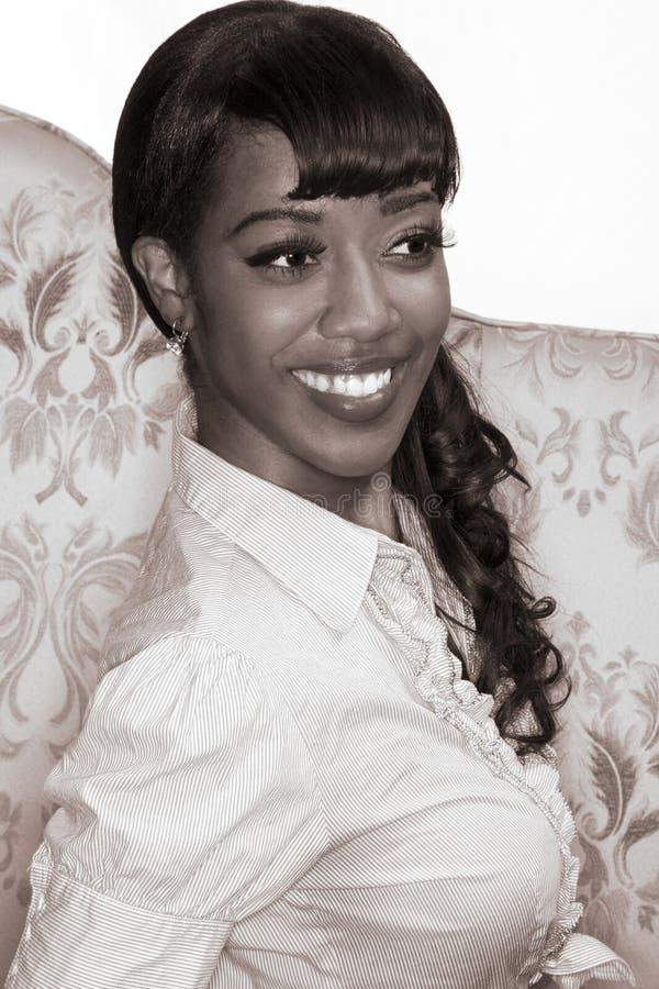 Het glimlachen zwart meisjesportret - retro stijl (sepia) royalty-vrije stock foto's