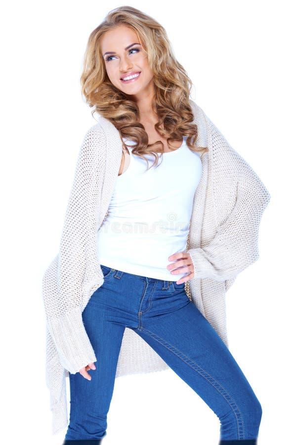 Het glimlachende Aantrekkelijke Wijfje breit binnen Cardiganuitrusting royalty-vrije stock afbeelding
