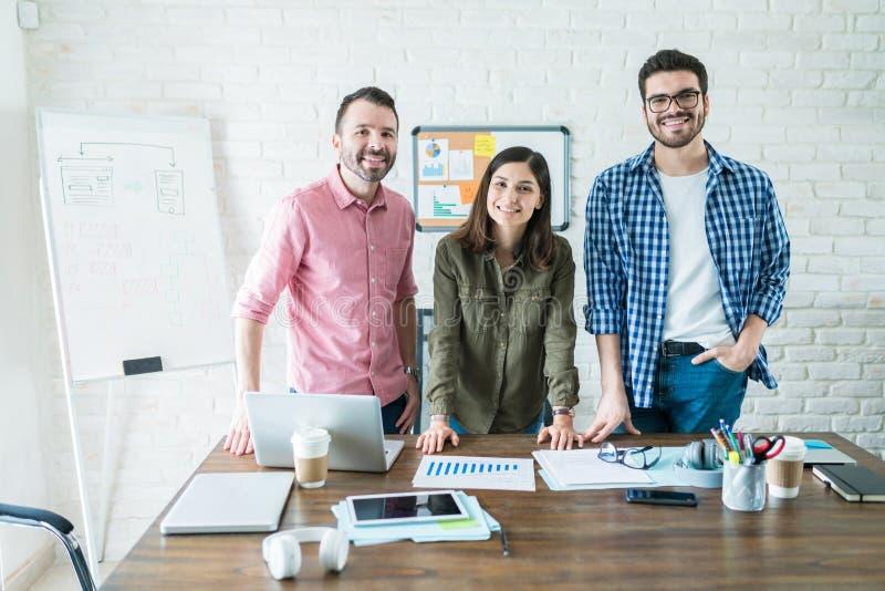 Het glimlachende Bureau Bedrijfs van Team In Conference Room At stock fotografie