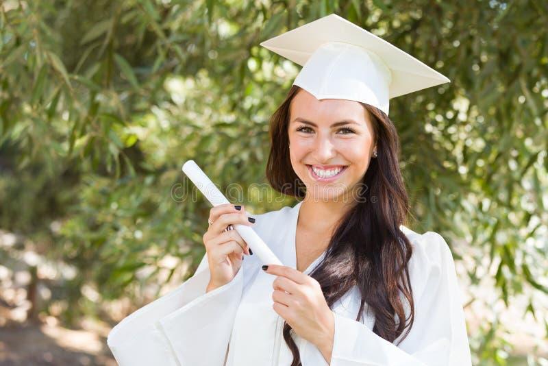 Het glimlachende Gemengde Meisje van de Rastiener bij het Diploma van de Graduatieholding stock afbeelding