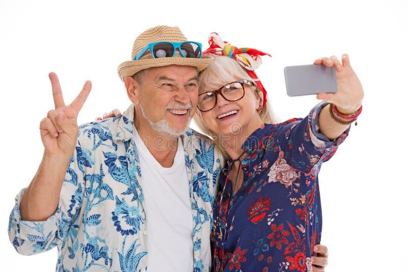 Het glimlachende hogere paar maakt een selfie stock foto's