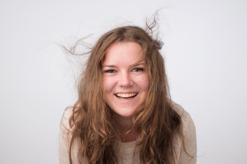 Het glimlachende Kaukasische mollige meisje met natuurlijk maakt omhoog het bekijken camera Sluit omhoog de spruit van de fotostu royalty-vrije stock foto's