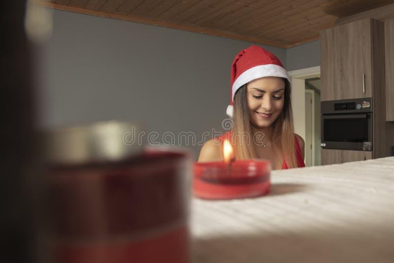 Het glimlachende meisje bereidt snoepjes voor voor Kerstmis stock foto