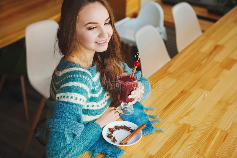 Het glimlachende meisje kleedde zich in blauwe sweater kijkend recht stock fotografie