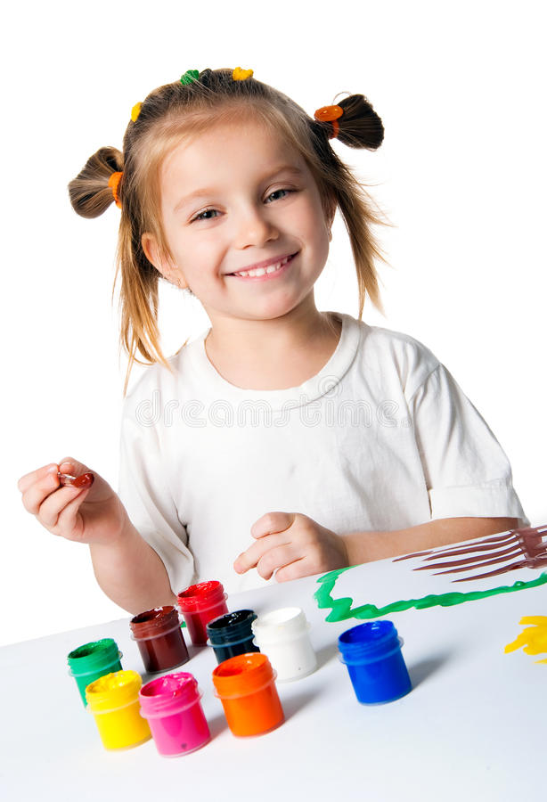 Het glimlachende meisje met de palmen schilderde door een verf. royalty-vrije stock foto