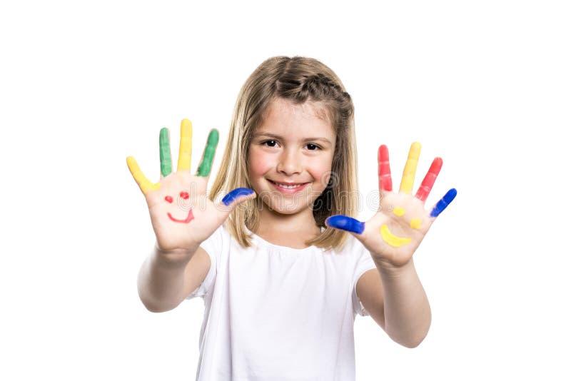 Het glimlachende meisje met de palmen schilderde door een verf Geïsoleerdj op witte achtergrond stock fotografie