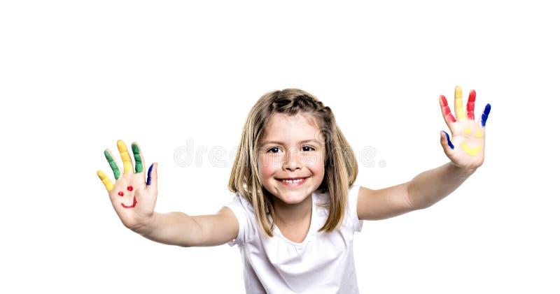 Het glimlachende meisje met de palmen schilderde door een verf Geïsoleerdj op witte achtergrond royalty-vrije stock foto's