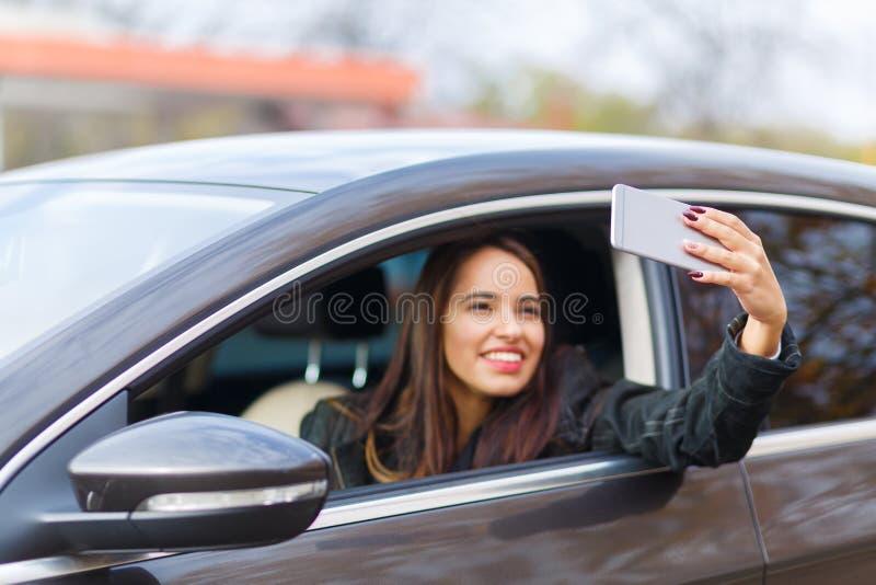 Het glimlachende meisje neemt selfie royalty-vrije stock afbeeldingen