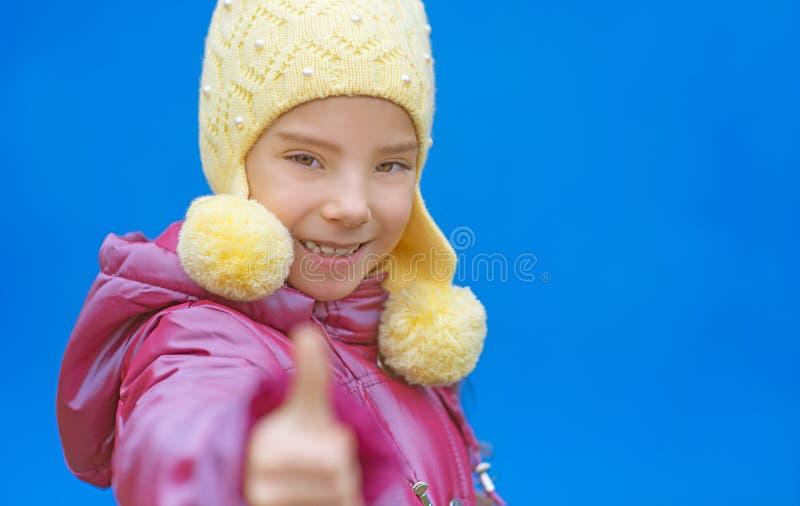 Het glimlachende meisje in roze kleding heft op royalty-vrije stock afbeeldingen