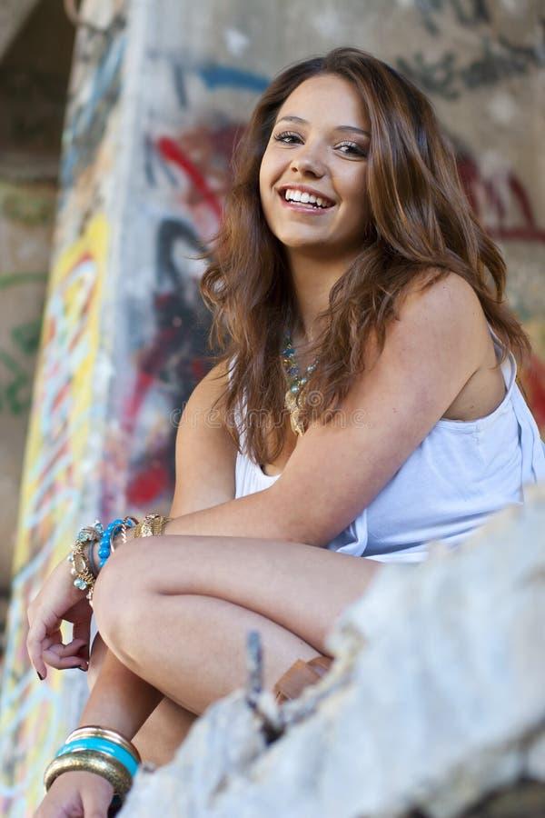 Het glimlachende Meisje van de Tiener met Graffiti stock foto's