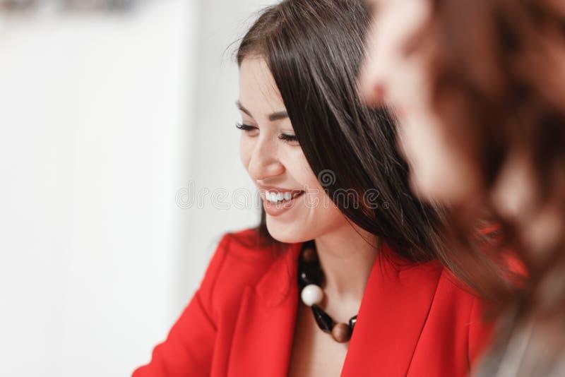 Het glimlachende modieuze meisje kleedde zich in rode blazer Ontwerper bedrijfsstijl royalty-vrije stock afbeelding