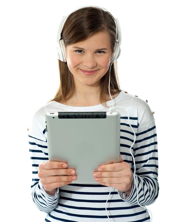 Het glimlachende mooie I-stootkussen van de meisjesholding stock fotografie