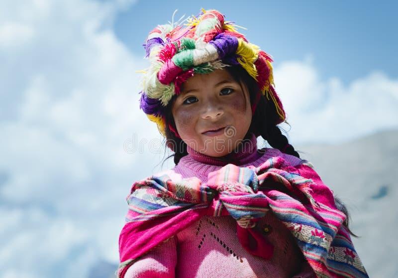 Het glimlachende Peruviaanse meisje kleedde zich in kleurrijke traditionele met de hand gemaakte uitrusting royalty-vrije stock foto's