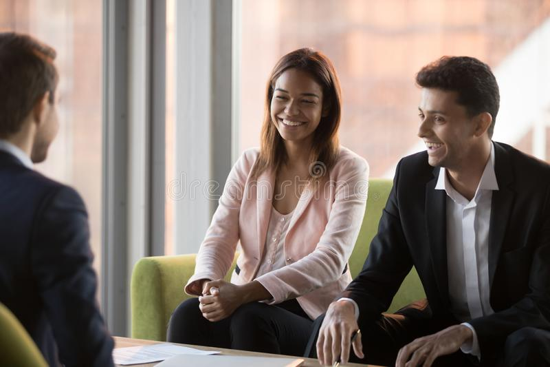 Het glimlachende zakenlui onderhandelt in bureau in positieve atmosfeer royalty-vrije stock foto