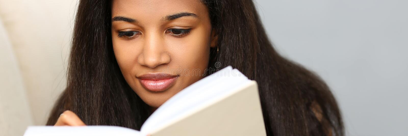 Het glimlachende zwarte schrijft verhaal in notitieboekje royalty-vrije stock afbeelding