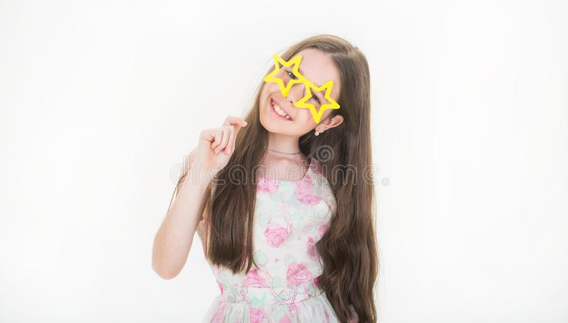 Het glimlachmeisje, glazen, preteen Het modieuze kind van het kledingsmeisje Het kleine portret van de meisjespret Gelukkige tien royalty-vrije stock foto's