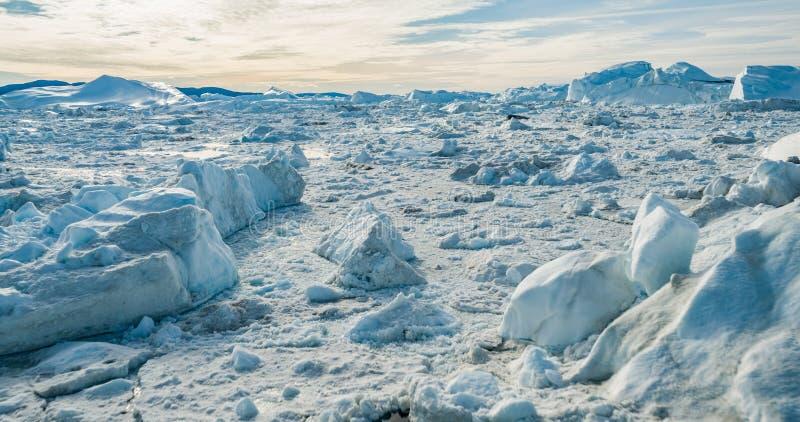 Het globale Verwarmen en Klimaatverandering - Ijsbergen van smeltende gletsjer op Groenland stock afbeelding