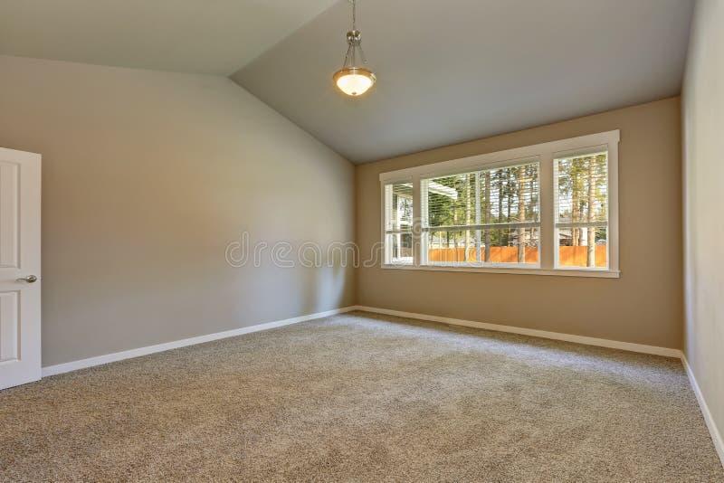Het gloednieuwe binnenland van de huisbouw Lege ruimte met gewelfd plafond royalty-vrije stock afbeelding