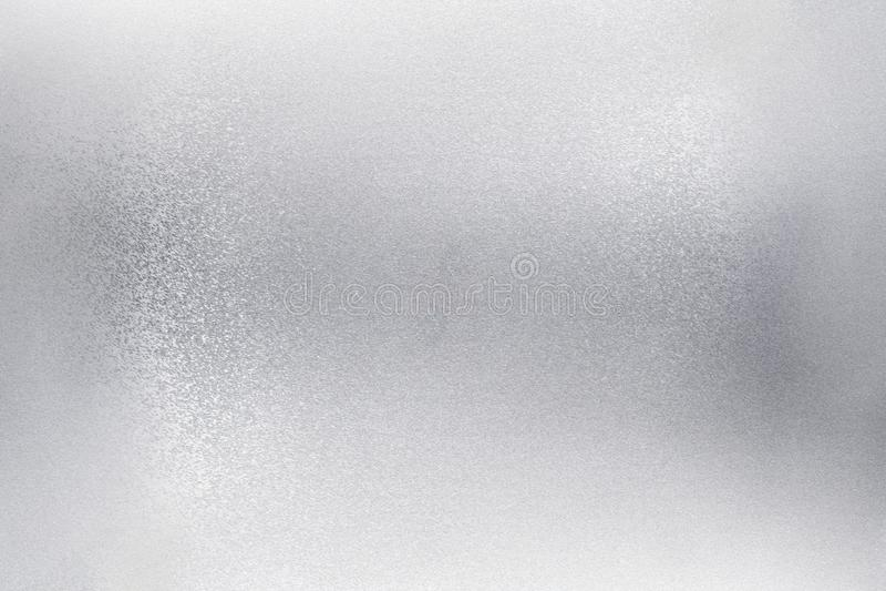 Het gloeien borstelde zilveren folie metaalmuur, abstracte textuurachtergrond stock afbeelding