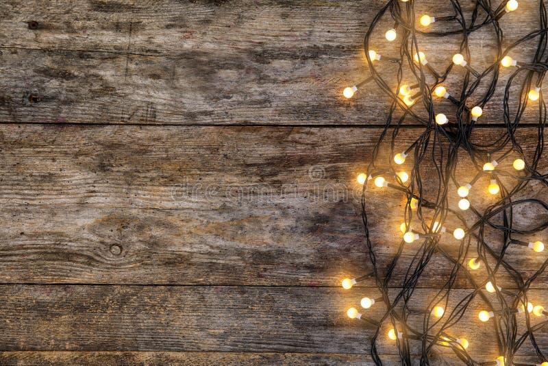 Het gloeien Kerstmislichten op houten achtergrond royalty-vrije stock fotografie