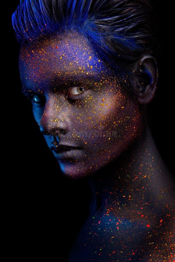 Het gloeien neonmake-up met dramatische blik in zijn ogen stock afbeeldingen