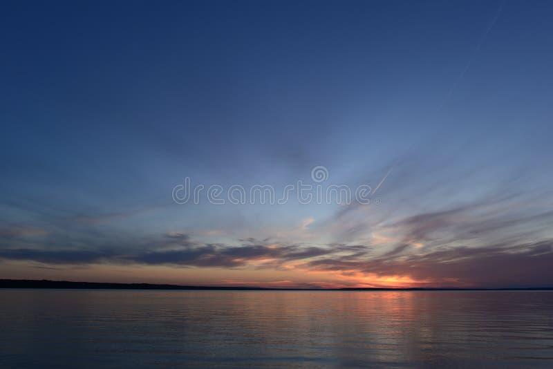 Het gloeien zonlicht in de duidelijke blauwe schemeringhemel in de stilte van de de zomeravond vóór het vallen van de avond op ee royalty-vrije stock foto